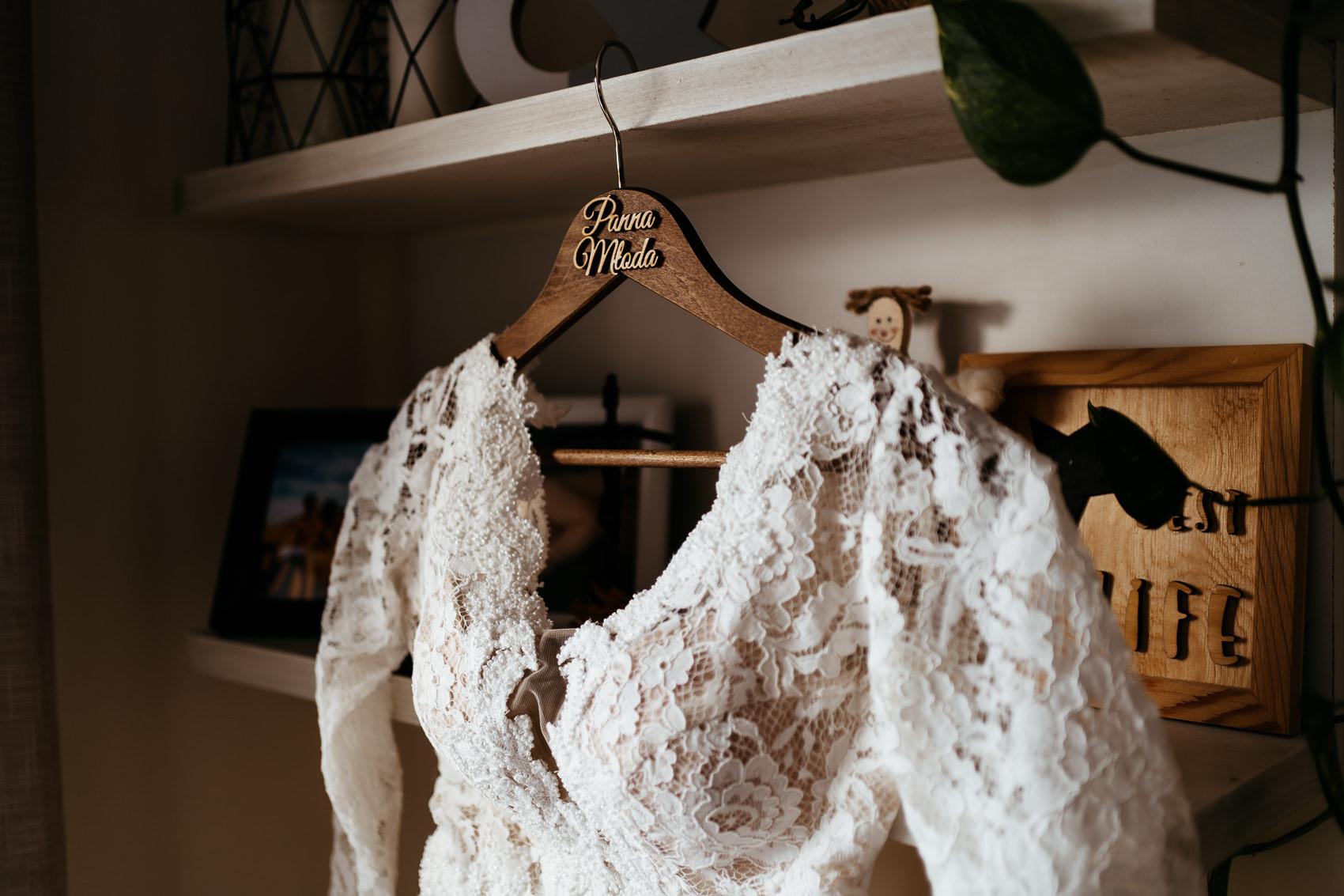 wieszak na suknie ślubna