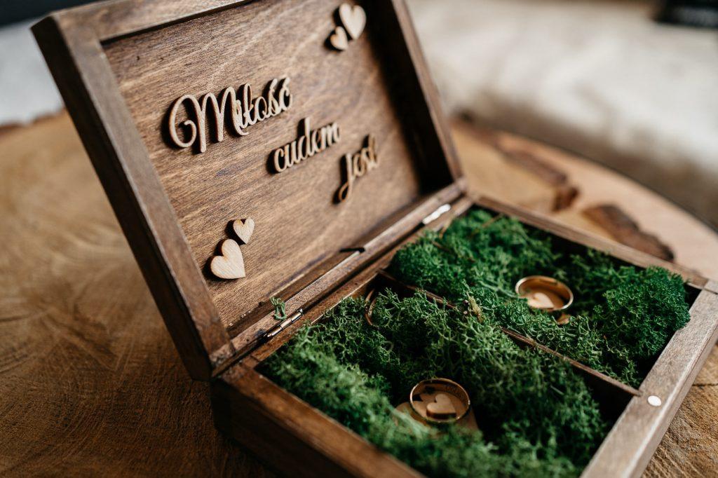 obrączki ślubne w rustykalnym pudełku