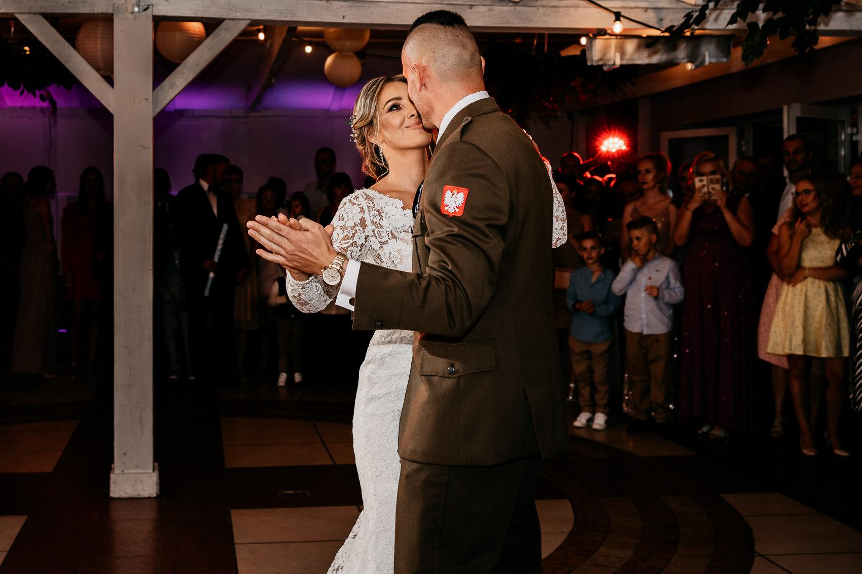 pierwszy taniec pary mlodej