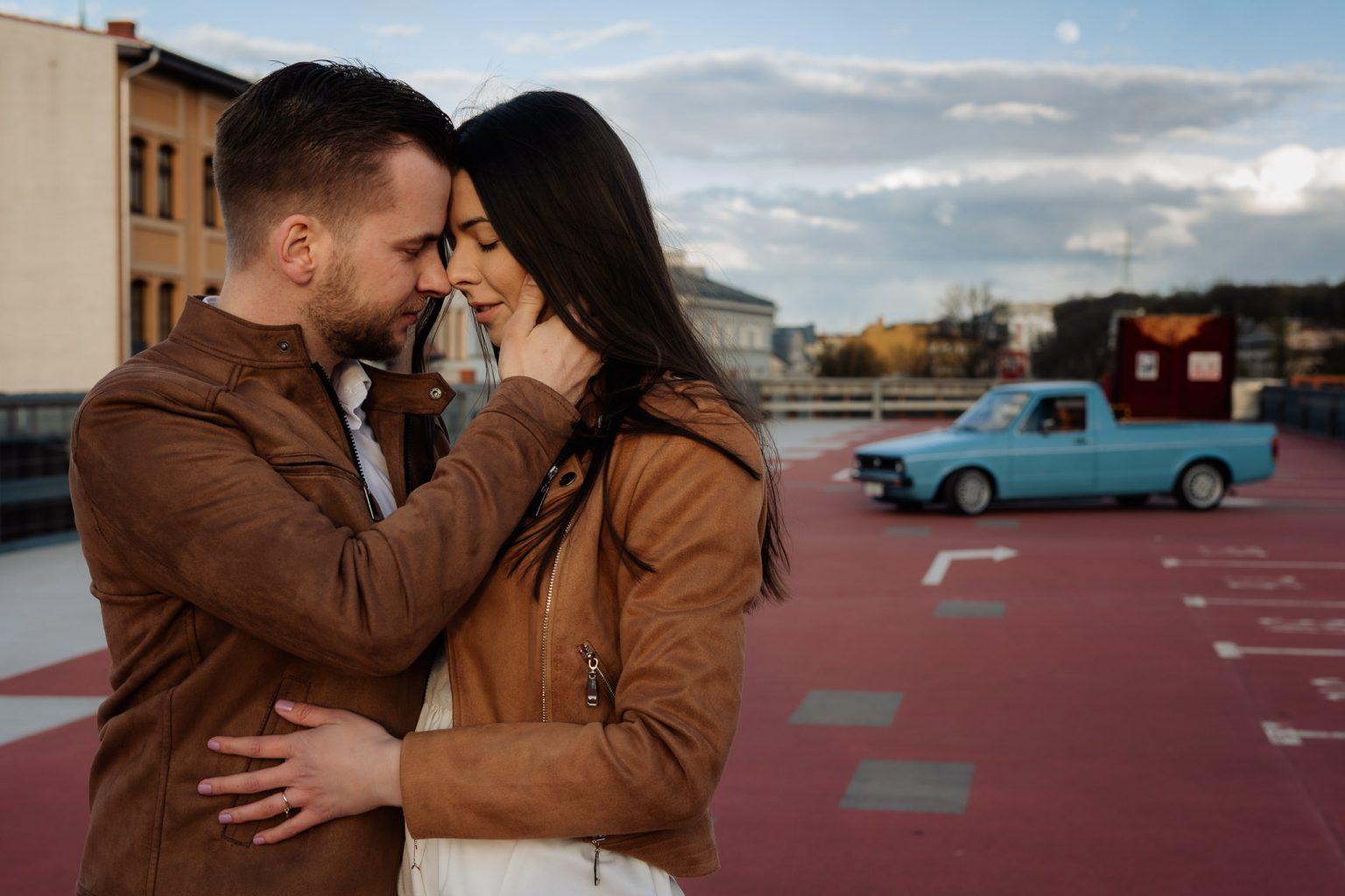 sesja przedślubna na parkingu w Bydgoszczy