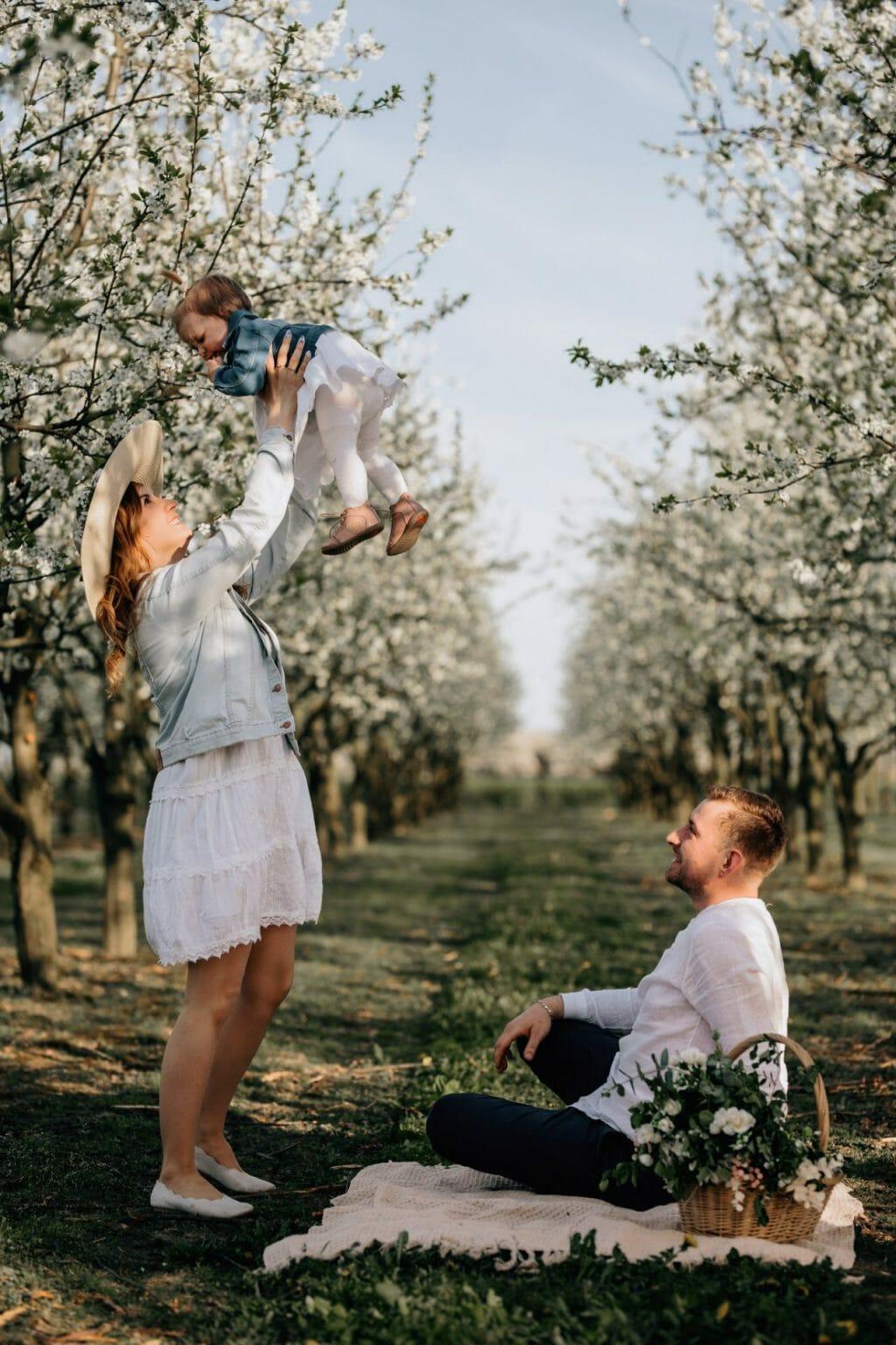 romantyczne zdjęcia w sadzie