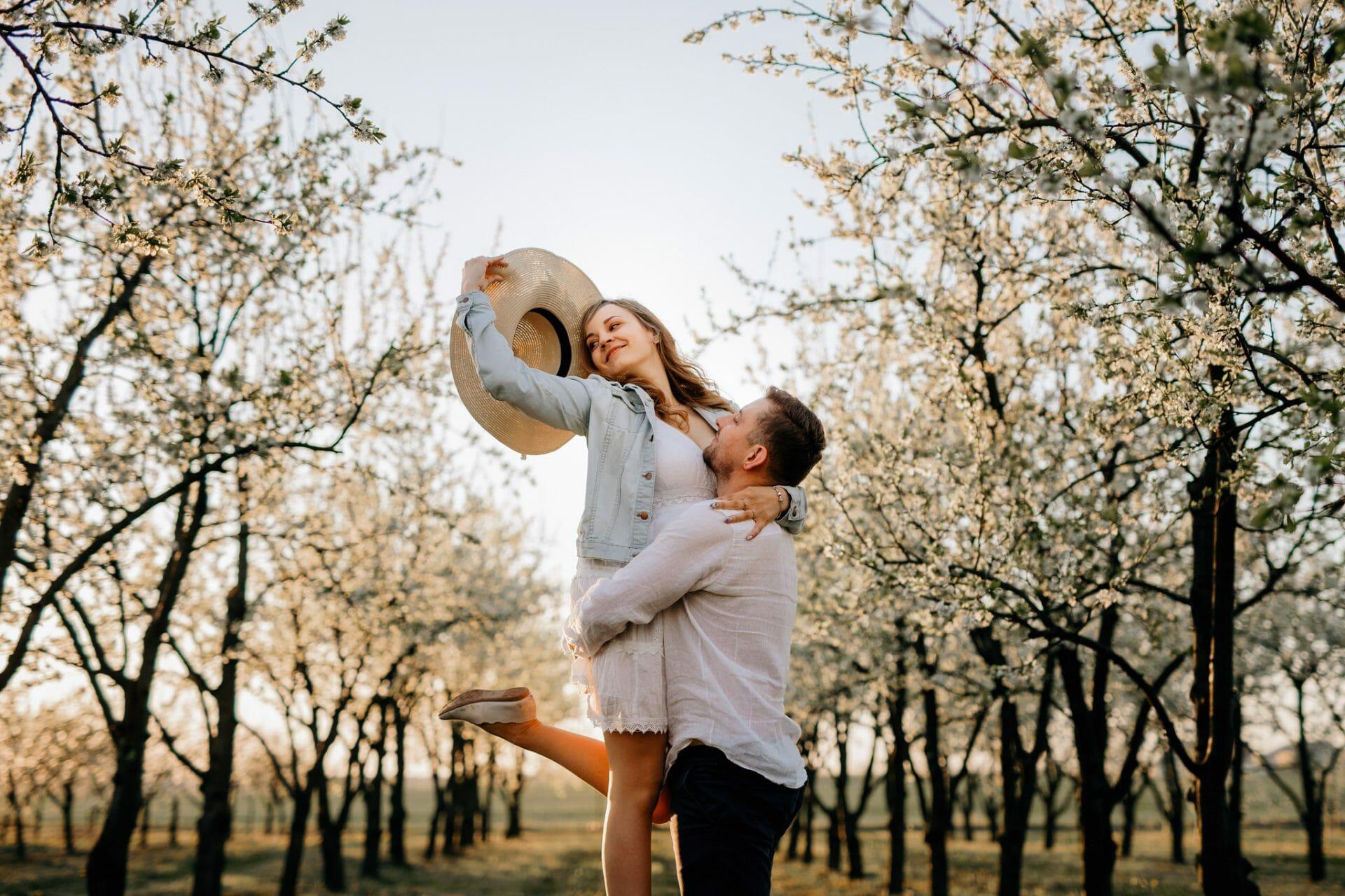 Sesja zdjęciowa w wiśniowym sadzie